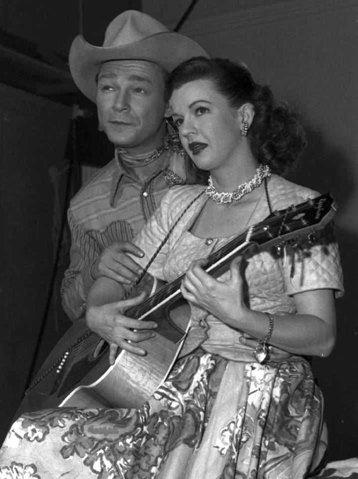 The legendary singing cowboy Roy Rogers married his leading lady Dale Evans on this date in 1947. The two would remain married until Rogers' death in 1998.