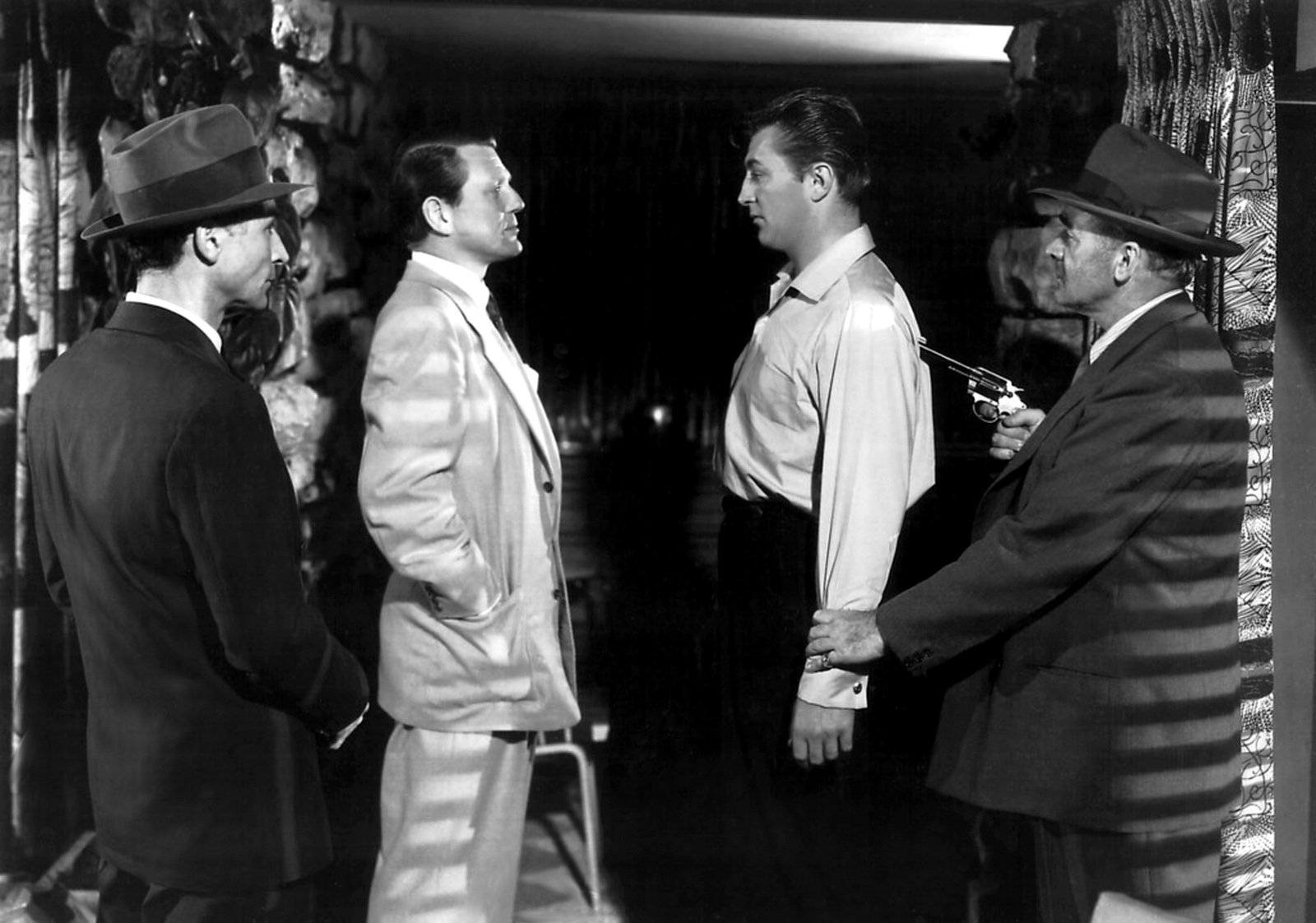 Robert Mitchum with Peter Brocco,Charles McGraw and MIke Lally.