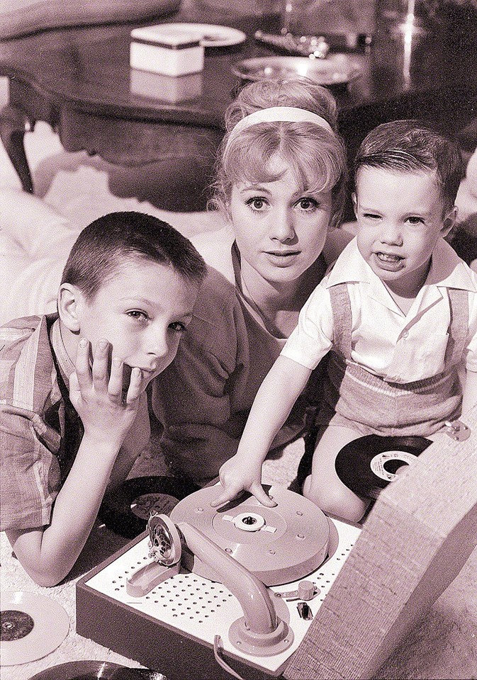 Shirley Jones with her kids,