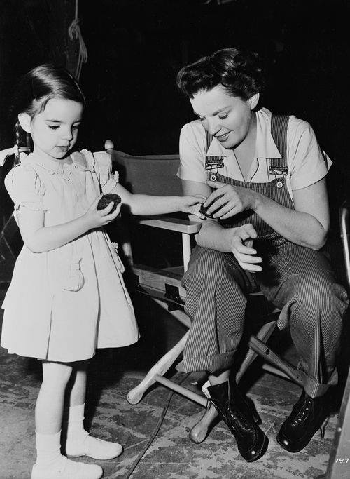 Liza Minnelli on the set of SUMMER STOCK (1950, MGM) with her mother, Judy Garland.