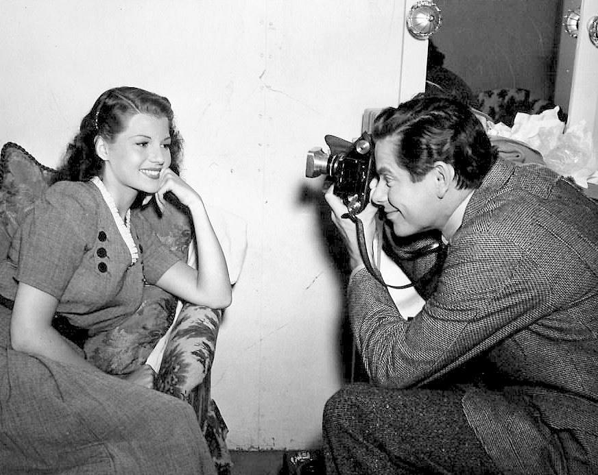 Glenn Ford snaps Rita Hayworth'