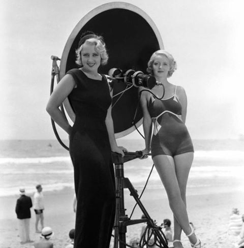 Joan Blondell and Bette Davis on the set of Three on a match 1932