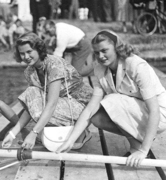 Grace Kelly with her sister Margaret in 1948