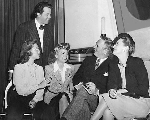 Dinah Shore, Orson Welles, Frances Langford, Walter Huston and Olivia de Havilland