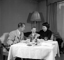 Alan Ladd, son David and wife, Sue Carol grabbing a quick lunch circa 1952